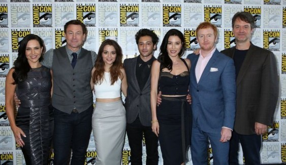 "COMIC-CON INTERNATIONAL: SAN DIEGO -- ""Defiance Press Room/Panel"" -- Pictured: (l-r) Julie Benz, Grant Bowler, Stephanie Leonidas, Jesse Rath, Jaime Murray, Tony Curran, and Executive Producer Kevin Murphy -- (Photo by: Evans Vestal Ward/Syfy)"